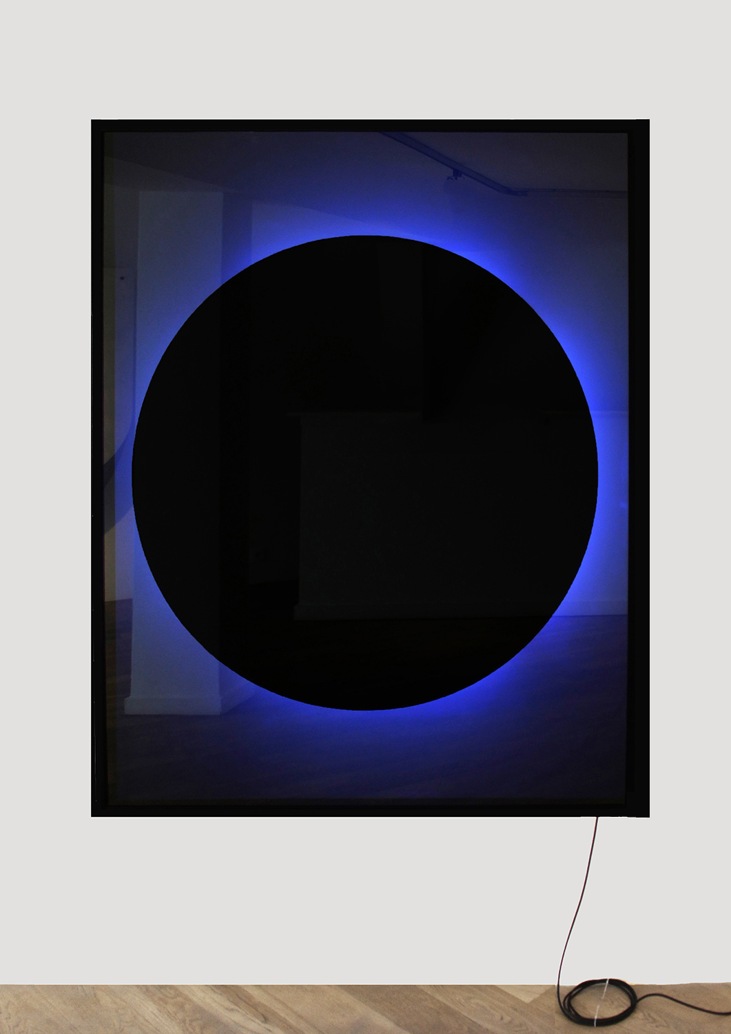 Y hermoso como un eclipse florece al reverso, 2017, one way mirror, led tubes, color filters, adhesive vinyl, aluminium, paint, 150 x 120 x 10 cm