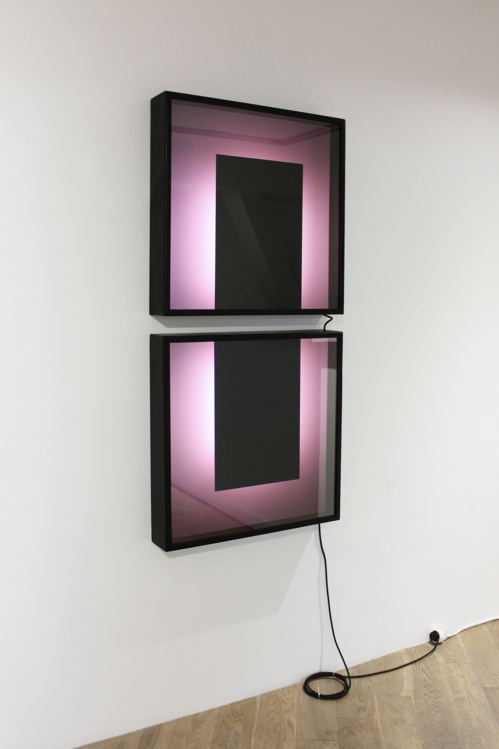 Deux remarques concernant les tableaux, et deux remarques encore, deux remarques de plus, mais celles-là de caractère général, 2017, one way mirror, led tubes, color filters, adhesive vinyls, aluminium, paint, 127 x 60 x 10 cm