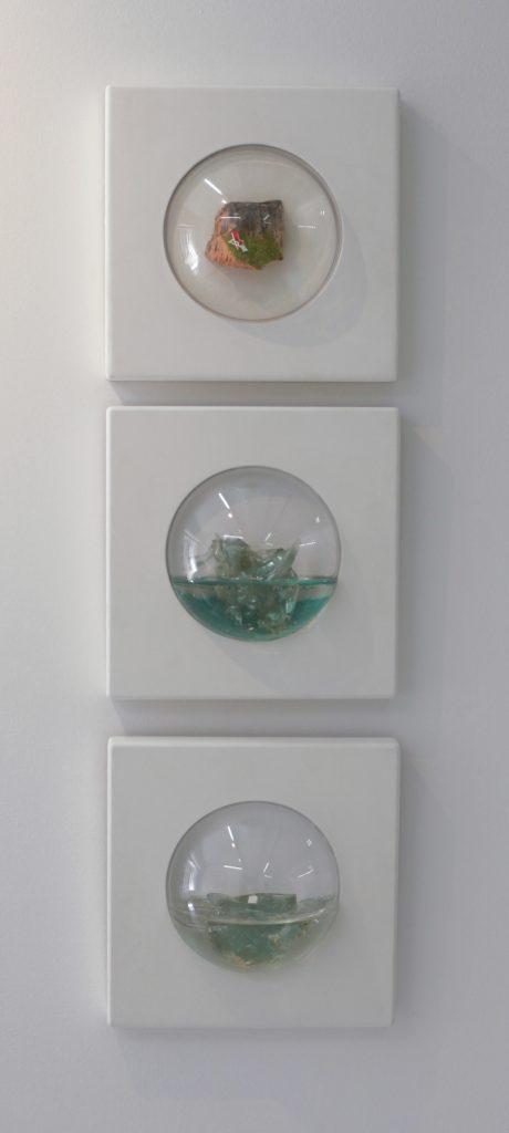 "Mariángeles Atauri, ""Bubbles, Wallet On ice I, Wallet On Ice II, Hammoc In An Island, 2018-2020, Verre Sur Polyester Et Résine / Bouchon En Bulle De Méthacrylate, 25 x 25 x 10 cm (x3)."