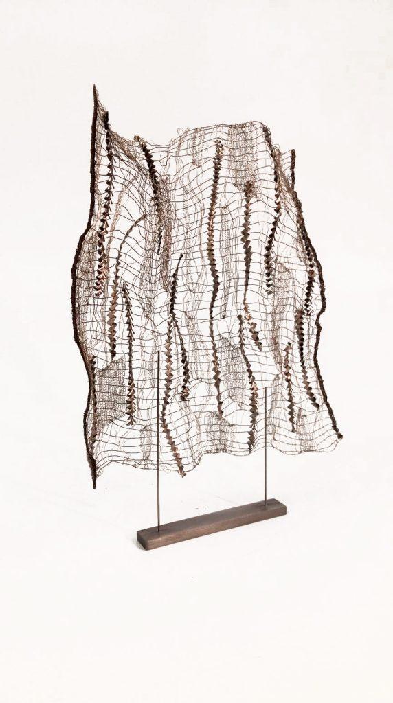 Angélique Chesnesec, <em>Tissage de copeaux_1</em>, 2017, acier, cuivre, inox, fer, 30 x 40 x 2 cm