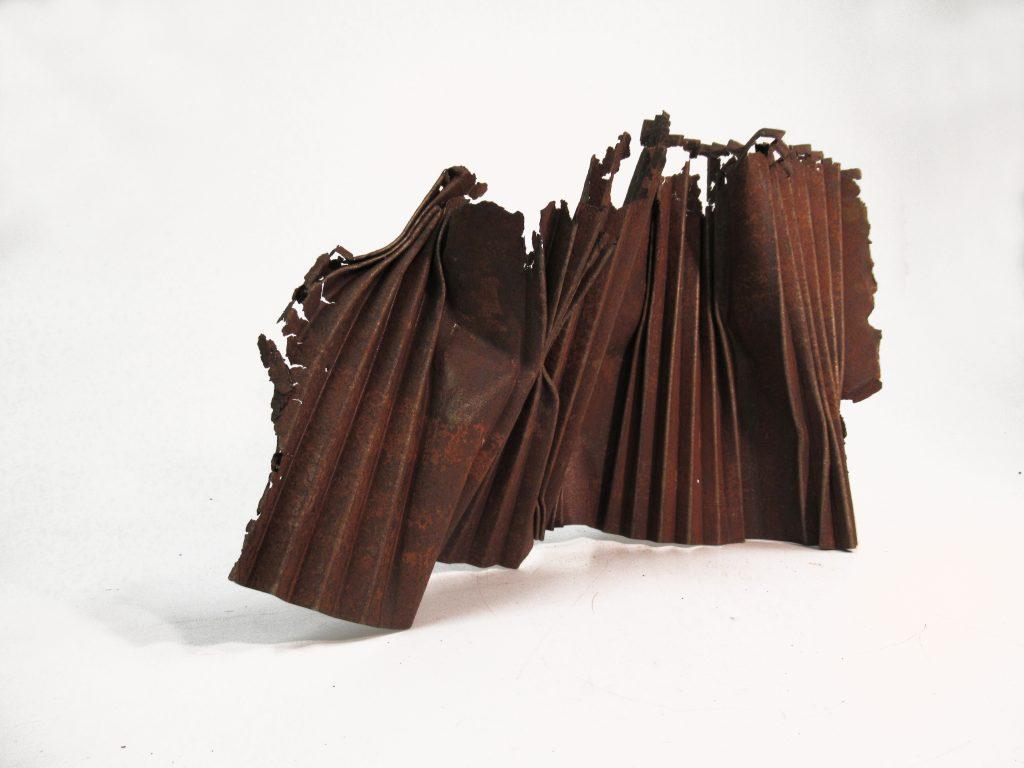 Angélique Chesnesec, <em>Plissé_2</em>, 2019, acier, 35 x 40 x 20 cm