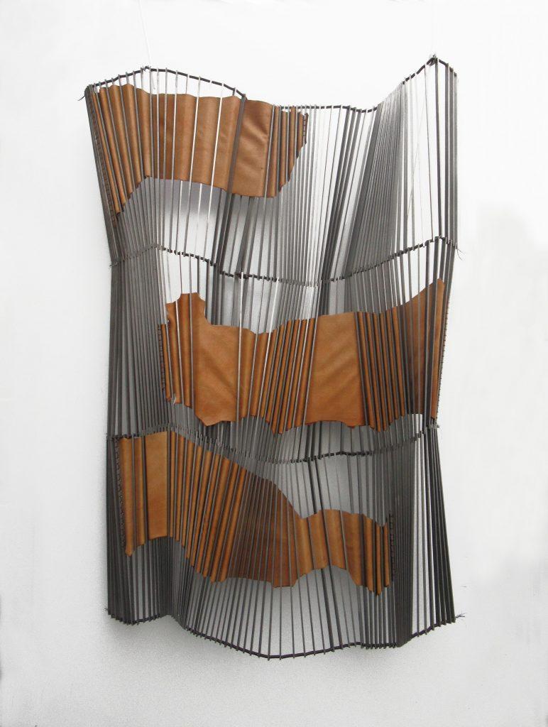Angélique Chesnesec, <em>Plissé-cuir 2</em>, 2019, acier, fer, cuir, 140 x 90 x 10cm