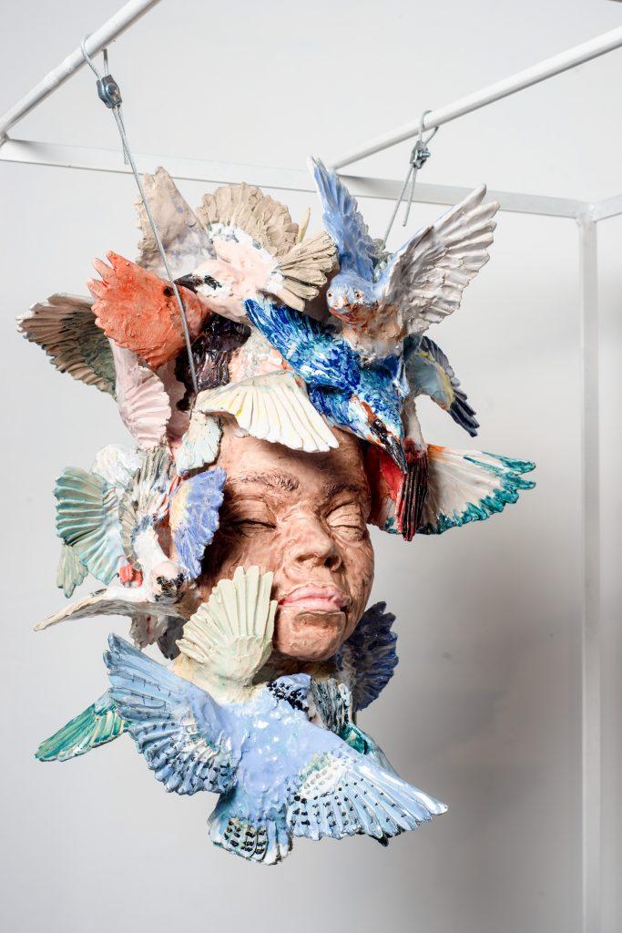 Elisabeth Lincot, El Tiempo vuela (trophée suspendu), 2019, Céramique émaillée, verre soufflé et métal, Dimensions variables